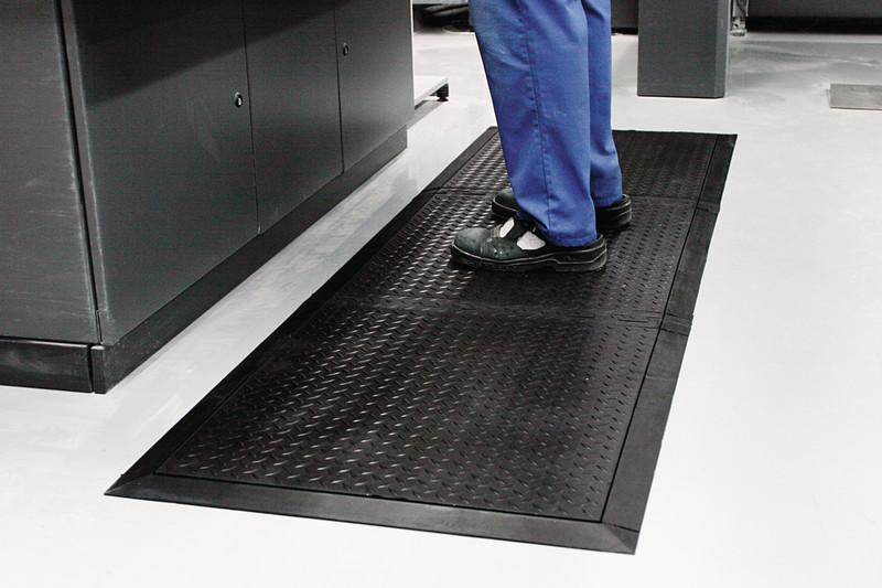 Fußbodenbelag Gummi ~ Arbeitsplatz bodenbelag gummi schwarz geschlossene auführung